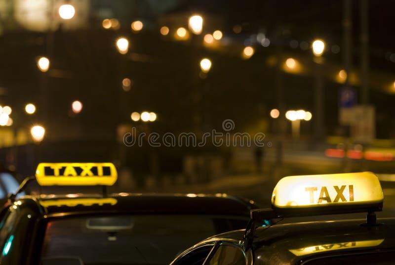 ноча подписывает таксомотор 2 стоковое фото