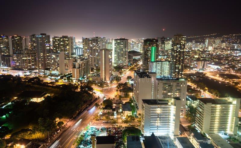 Ноча понижается метрополия Гаваи горизонта города Гонолулу городская Uni стоковое изображение