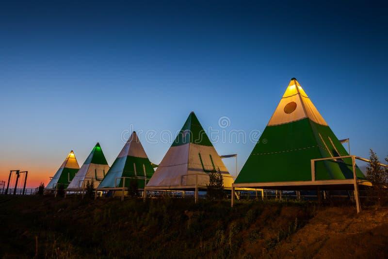 Ноча располагаясь лагерем шатра под ясным небом стоковые изображения rf