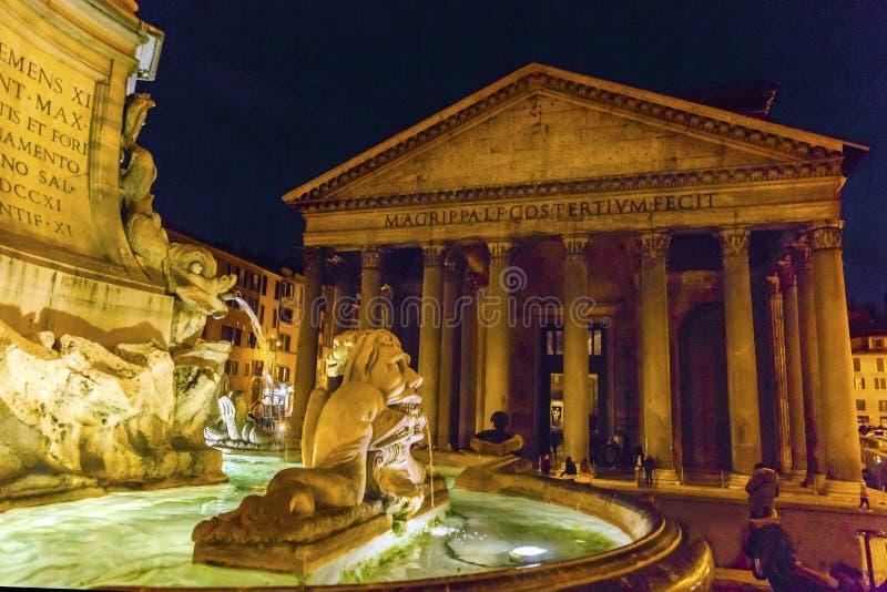 Ноча Рим Италия ротонды аркады пантеона фонтана Della Porta стоковое изображение