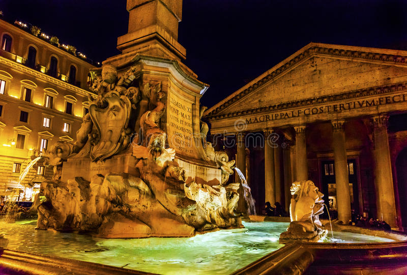 Ноча Рим Италия ротонды аркады пантеона фонтана Della Porta стоковые изображения