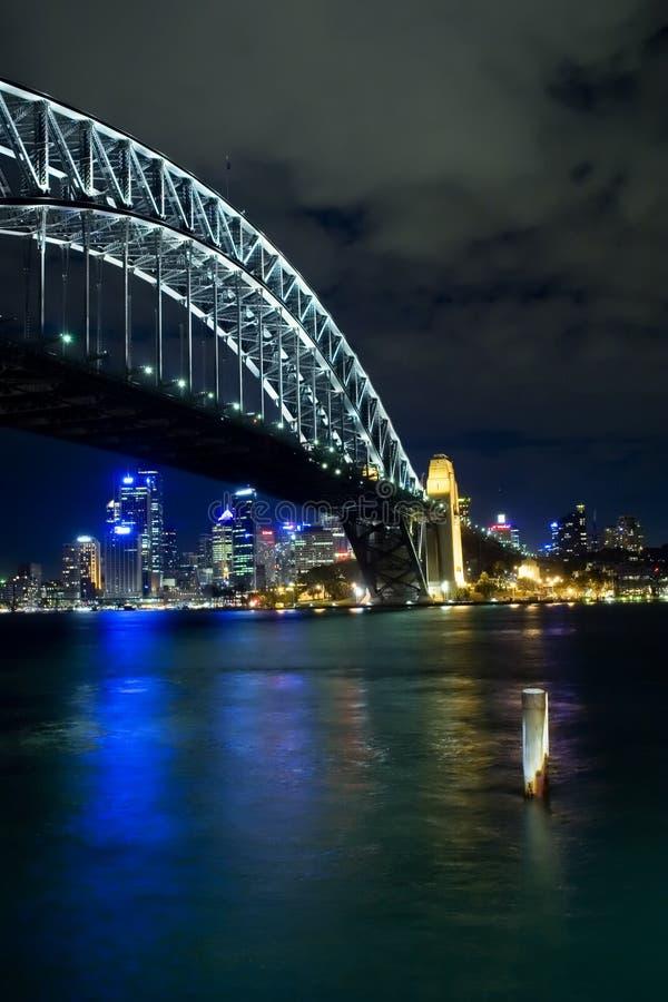 ноча Сидней гавани моста стоковые фотографии rf
