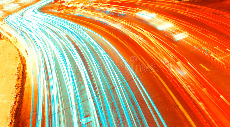 ноча скоростного шоссе автомобилей яркая стоковое фото rf