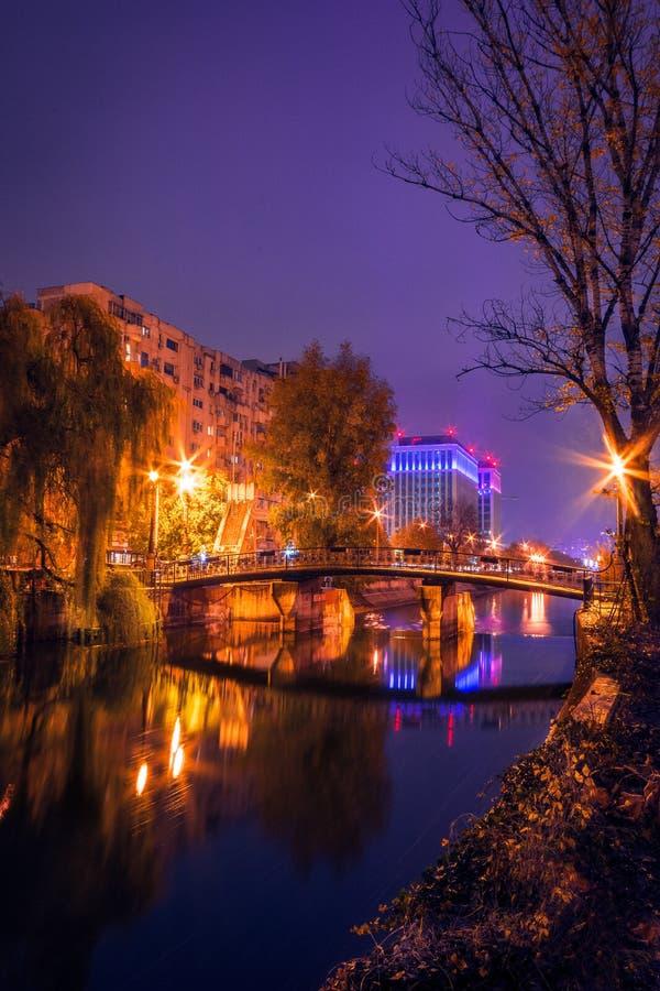 Ноча сняла городской пейзаж на реке с мостом в wi осени стоковое изображение rf