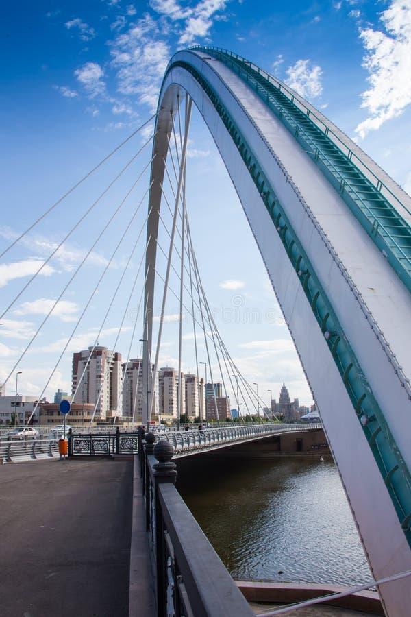 Ноча современного моста стоковое изображение rf