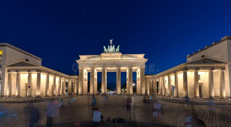 ноча строба brandenburger berlin стоковые фотографии rf