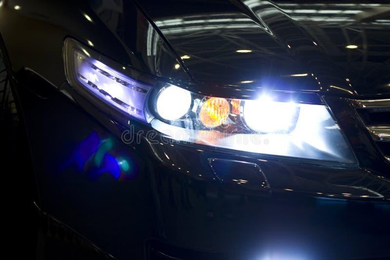 ноча фары автомобиля стоковая фотография