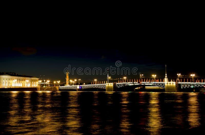 Ноча фото взгляда Санкт-Петербурга моста дворца с освещением стоковое фото