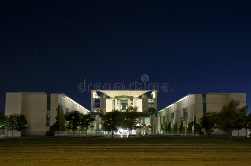 ноча bundeskanzleramt berlin стоковое фото rf