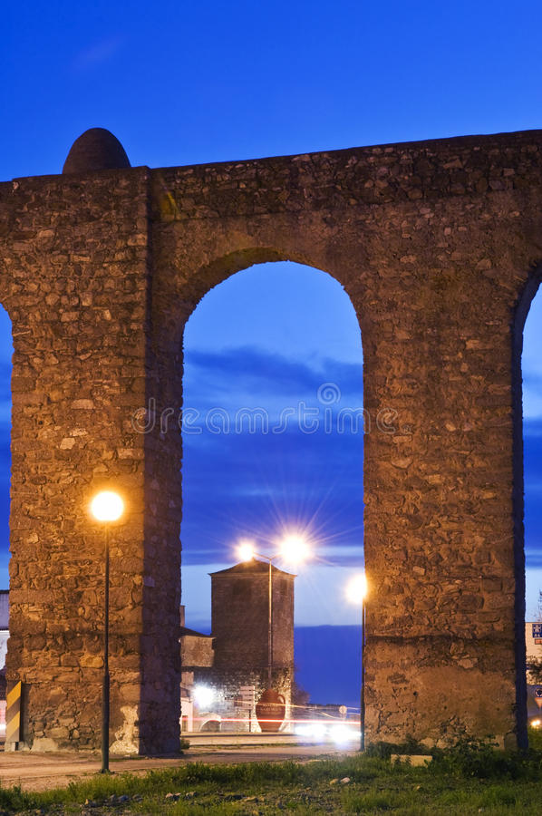 ноча evora мост-водовода стоковое фото rf