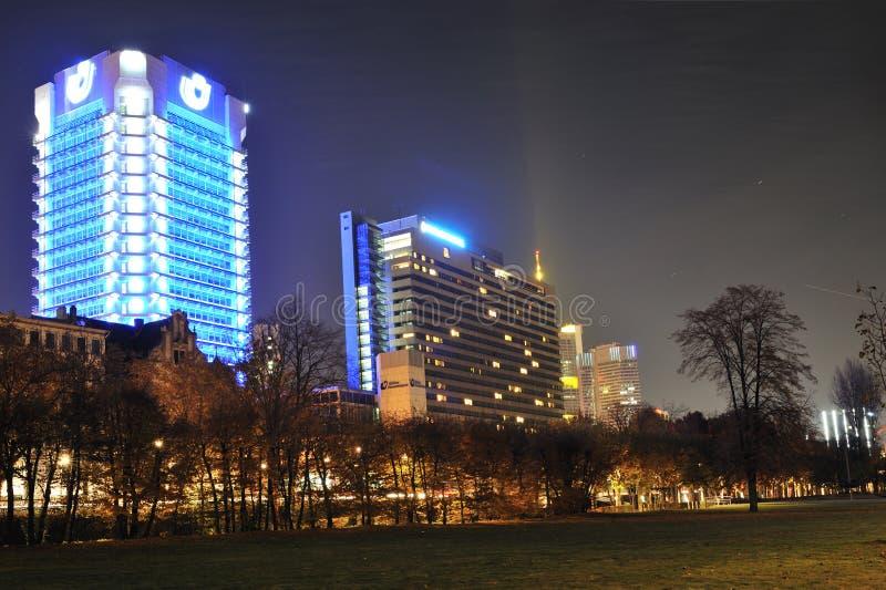 ноча frankfurt города дела стоковая фотография rf