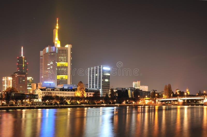 ноча frankfurt городского пейзажа стоковые изображения