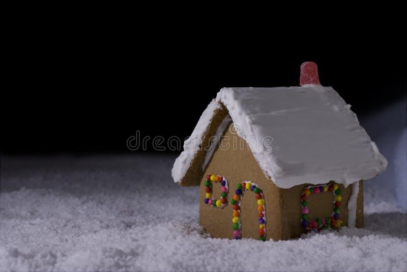 ноча gingerbread коттеджа рождества стоковое фото rf