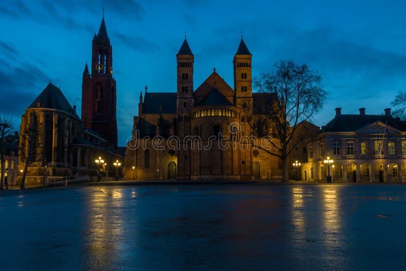 ноча maastricht И сделано этот маленький город чувствовать большой большой стоковое фото