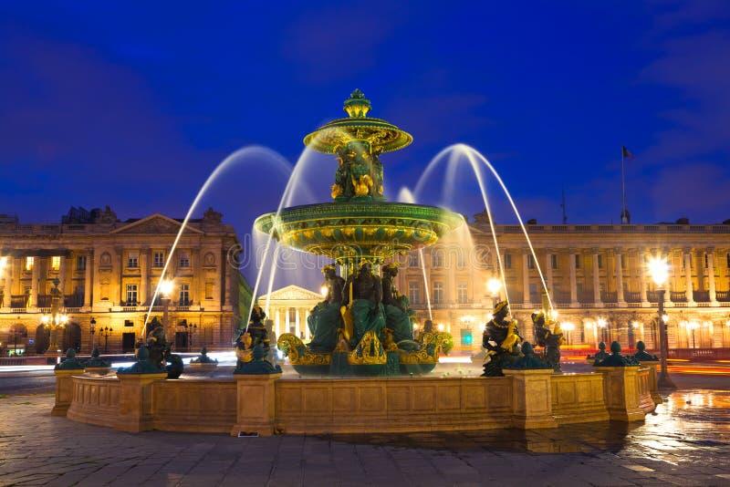 ноча paris фонтана стоковое изображение