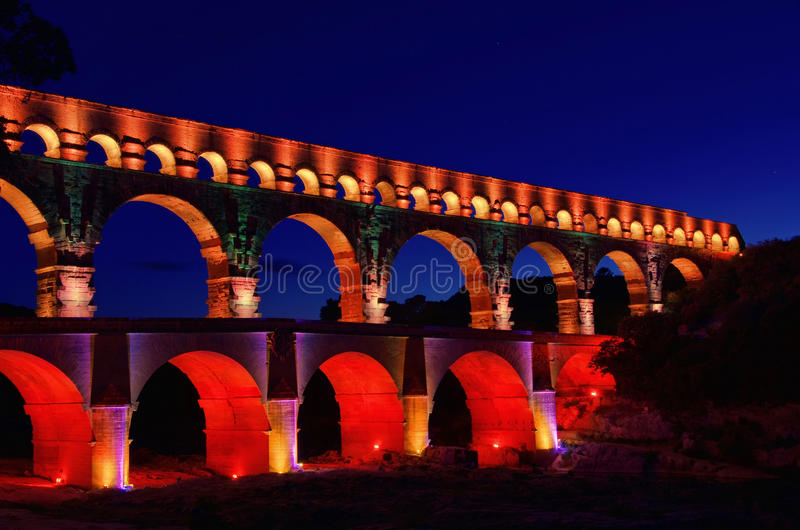 Ноча Pont du Gard стоковое изображение