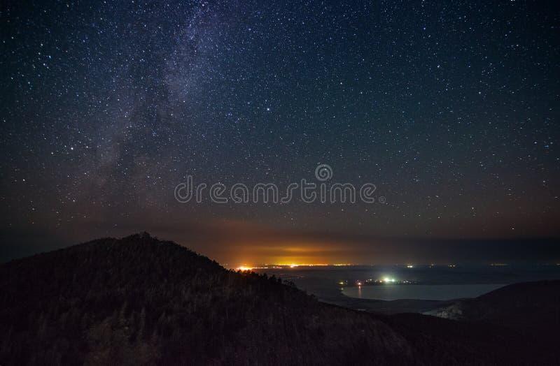 Ноча Starlight над горами стоковая фотография rf