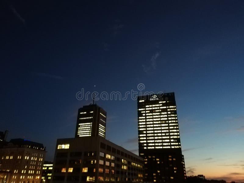 Ночи города и света здания стоковое изображение