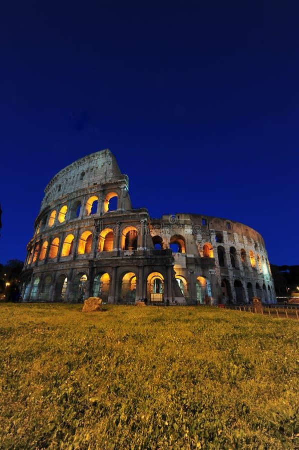 ночи освещенные colosseum волшебные rome стоковые фото