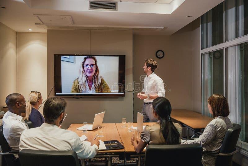 Ночная встреча видеоконференции стоковые фотографии rf