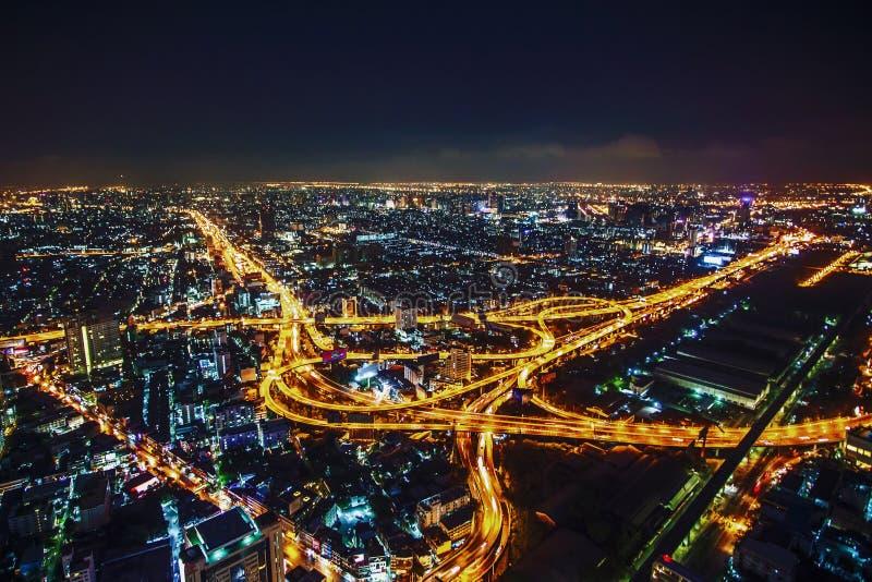 Ночная жизнь и освещение Бангкока от шоссе вечером стоковое фото rf
