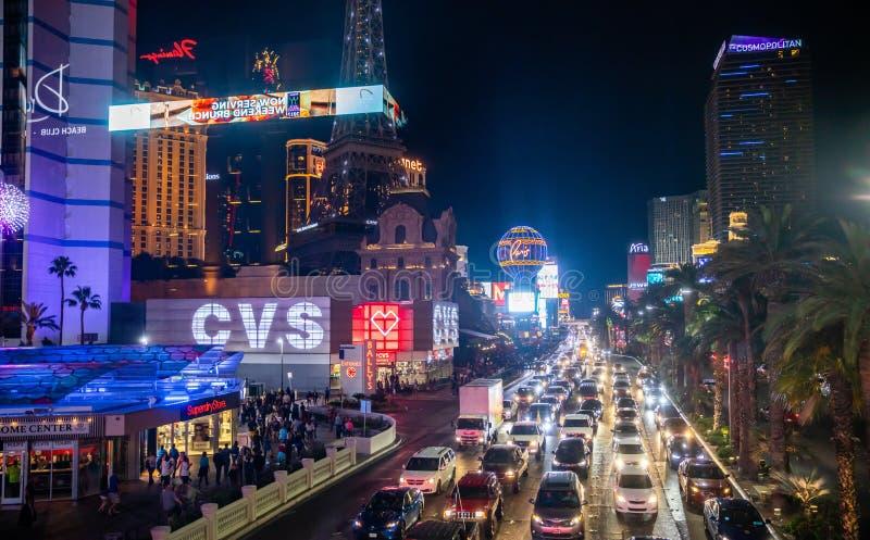 Ночная жизнь Лас-Вегас Загоренные highrise здания, красочные неоновые вывески и объявления стоковое фото rf