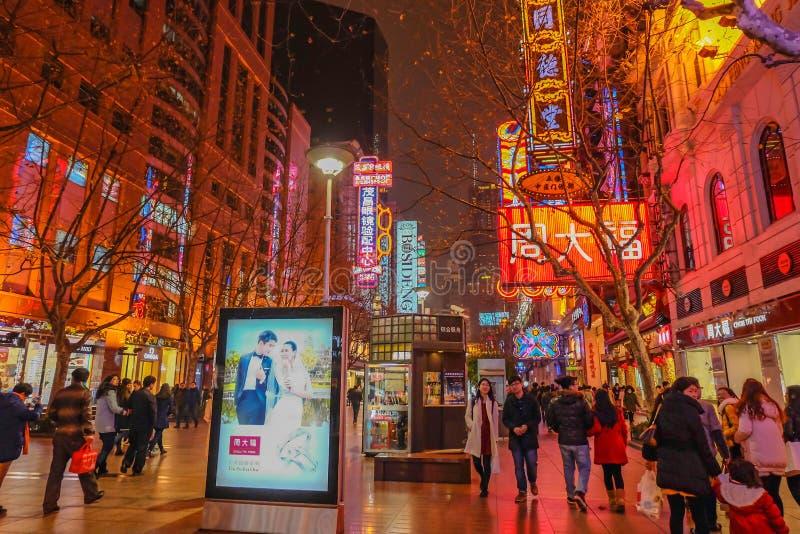 Ночная жизнь людей идя в улицу дороги Нанкина идя в фарфоре города hai shang стоковая фотография rf