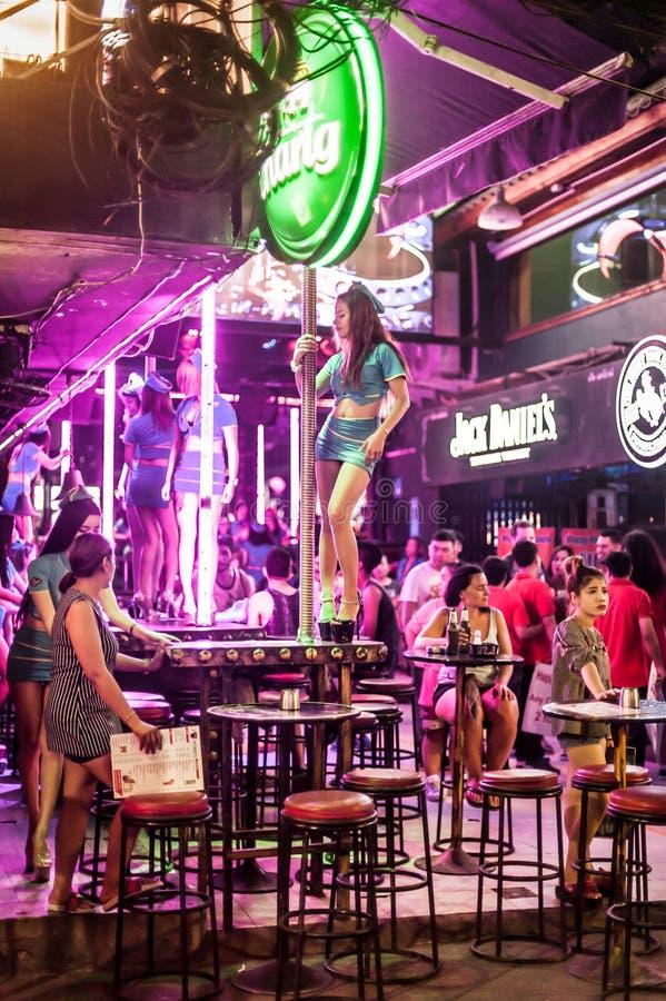 Ночная жизнь Таиланда, сексуальный бар ночного клуба с GoGo девушкой танца поляка стоковая фотография rf