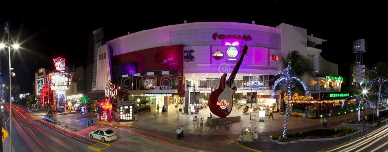 Ночная жизнь Cancun (панорамная) стоковое изображение rf