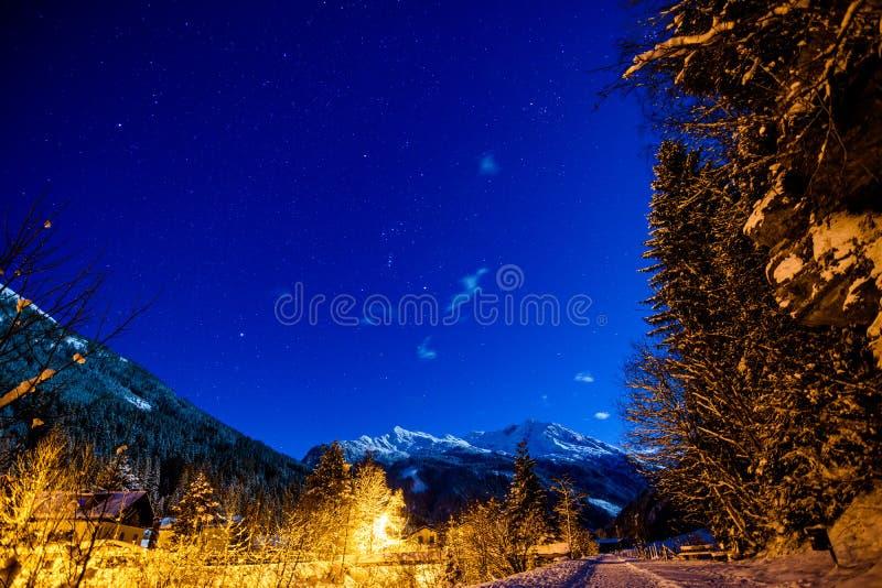 Ночное небо в горных вершинах с снегом стоковое фото