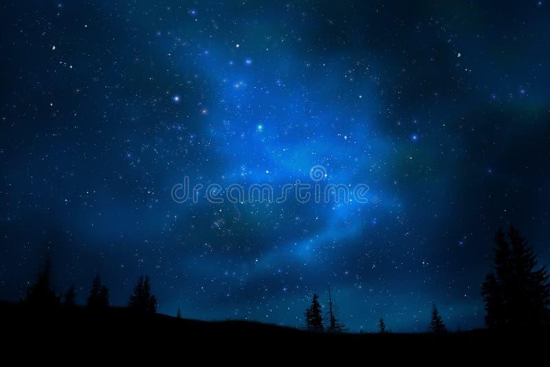 ночное небо горы ландшафта играет главные роли вселенный стоковые фотографии rf