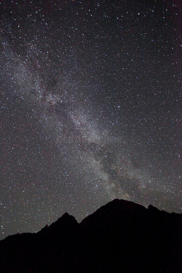 Ночное небо, млечный путь с горой стоковые изображения
