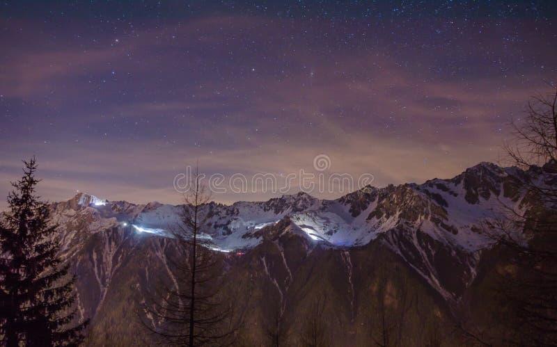 Ночное небо над долиной Шамони стоковое изображение
