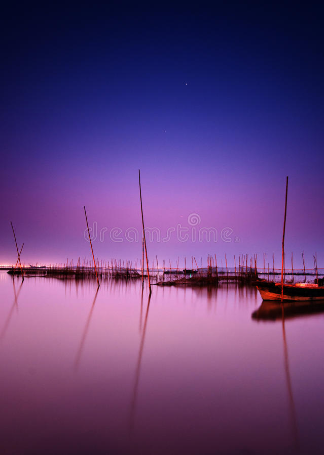 ночное небо озера стоковые фотографии rf