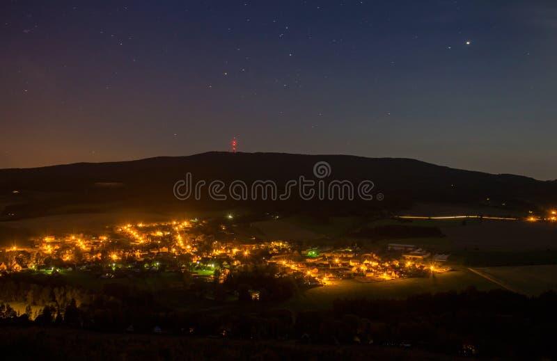 Ночное небо с деревней Chlum и холмом Klet, чехословакским ландшафтом стоковая фотография rf