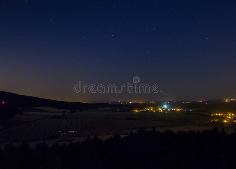 Ночное небо с деревней Mric, чехословакским ландшафтом стоковые изображения