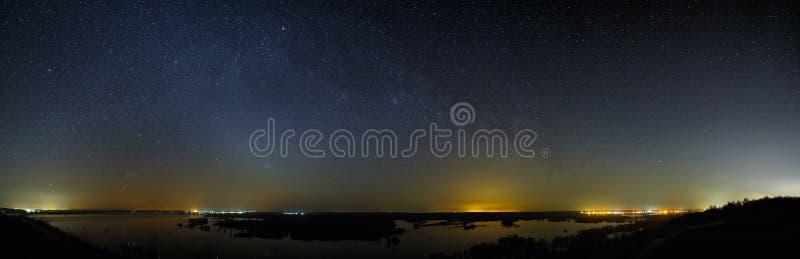 Ночное небо с звездами галактики млечного пути заречье moscow один панорамный взгляд стоковое фото