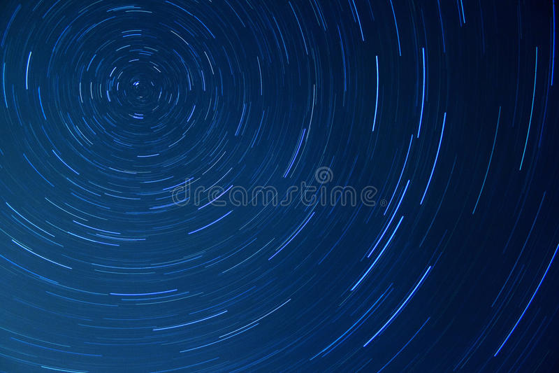Ночное небо с яркими следами звезды стоковые изображения