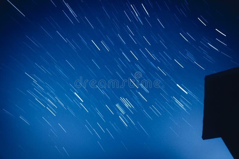 Ночное небо с moving звездами стоковое изображение