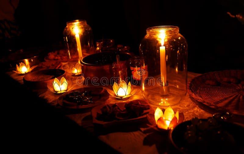 Ночное пиршество свадьбы держало в природе с очаровательными держателями cande формы лотоса стоковые фотографии rf