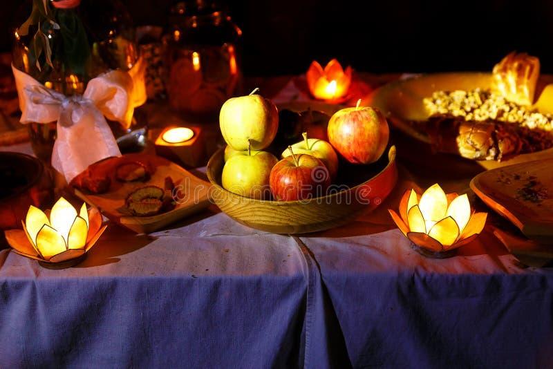 Ночное пиршество свадьбы держало в природе с очаровательными держателями cande формы лотоса стоковое фото rf