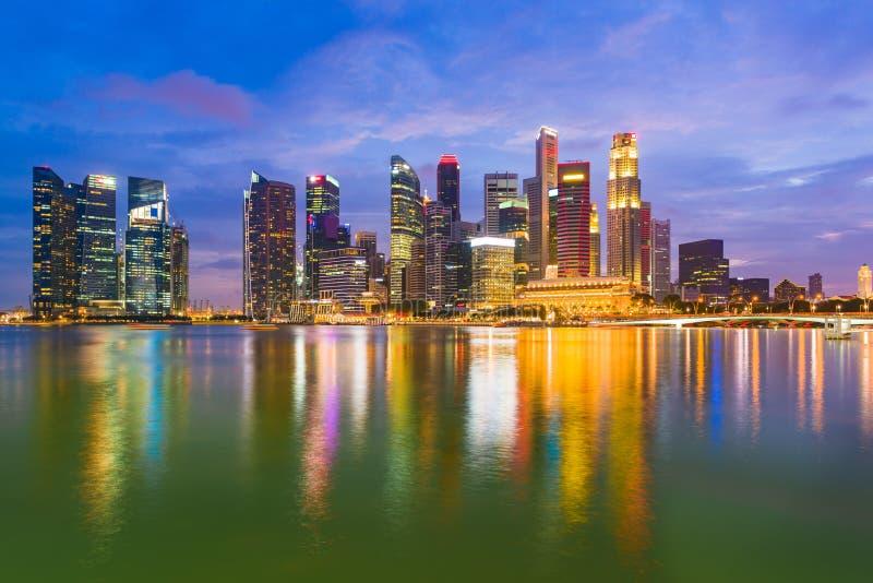 ночной вид на центр сингапура, небоскребы и небоскребы, залив марина, сингапур стоковая фотография rf
