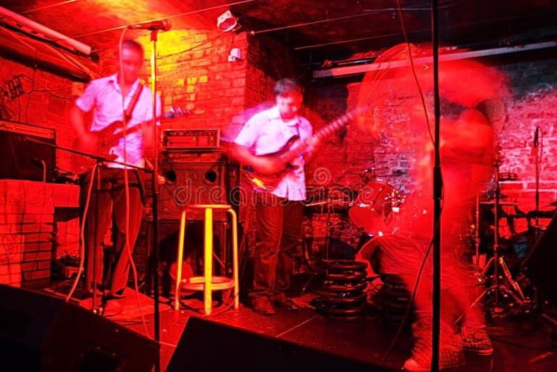 ночной клуб гитаристов стоковое изображение