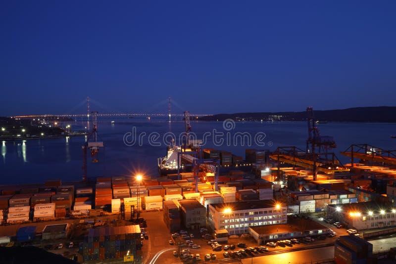 Ночной пейзаж с видом на морской порт стоковые изображения