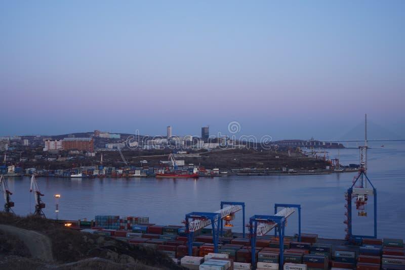 Ночной пейзаж с видом на морской порт стоковые фото