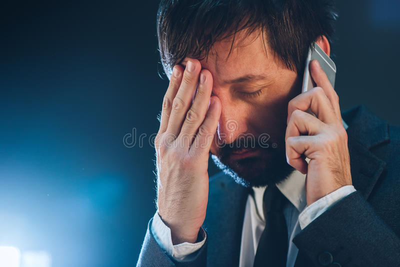 Ночной телефонный звонок дела с чернью стоковые фотографии rf