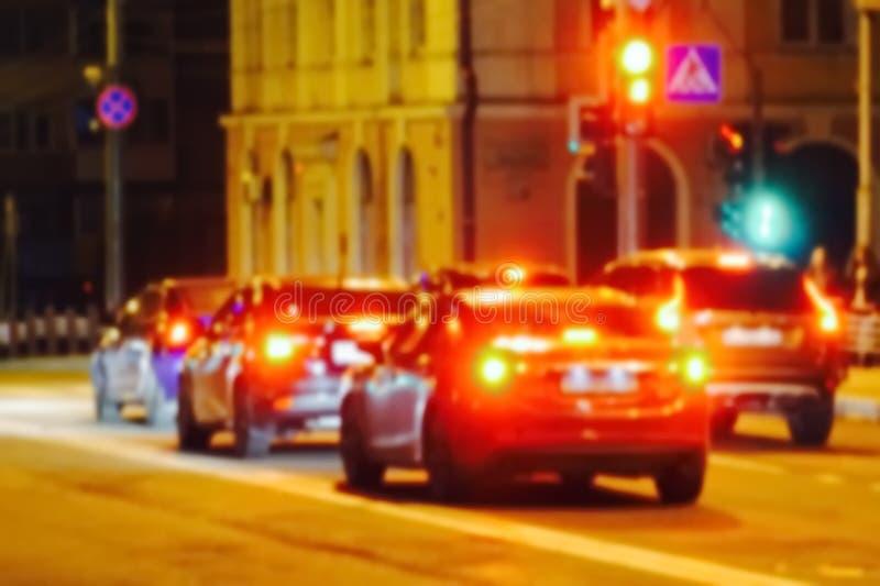 Ночной трафик из города не фокусируется стоковые изображения