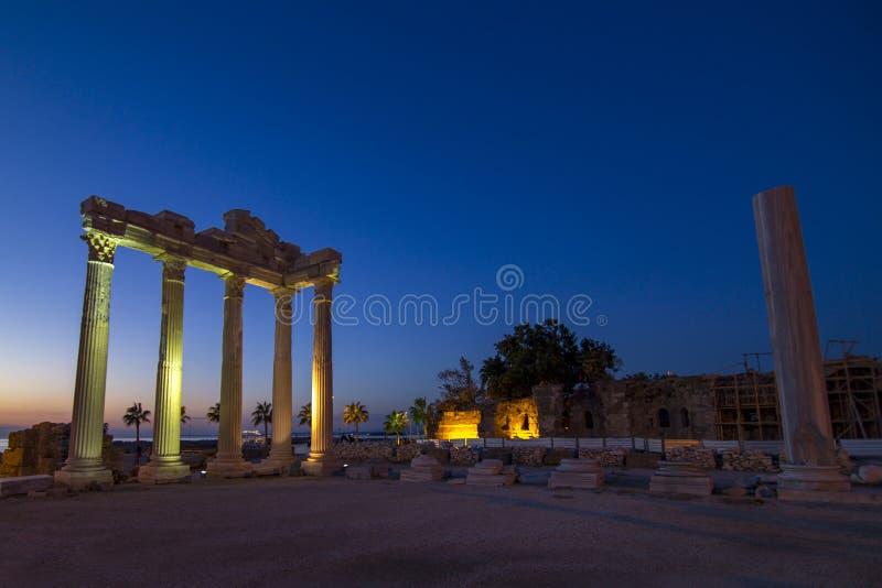 Ночь виска Apollon стоковое изображение rf