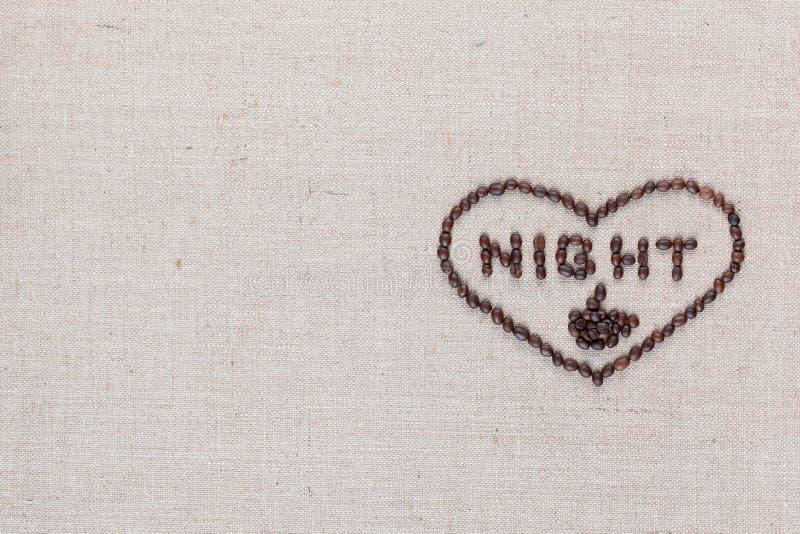 Ночь в знаке сердца от кофейных зерен изолированных на текстуре linea, выровняла среднее право стоковая фотография