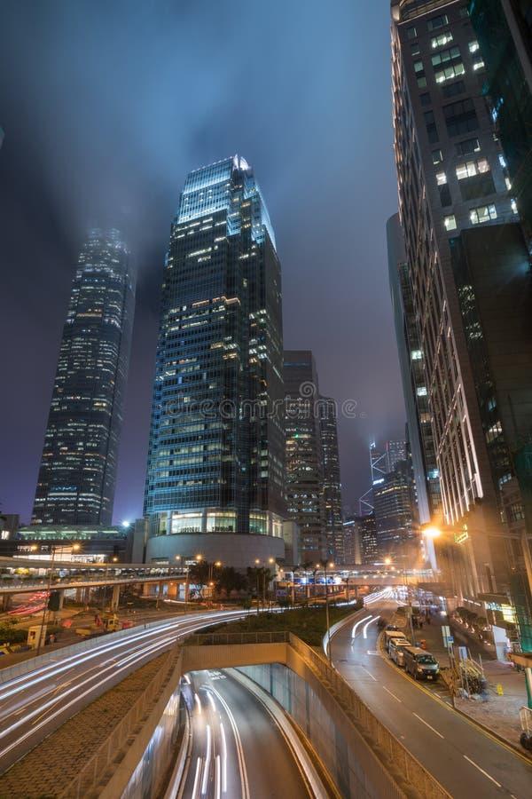 Ночь города со светофорами отстает и башней дела стоковое изображение rf